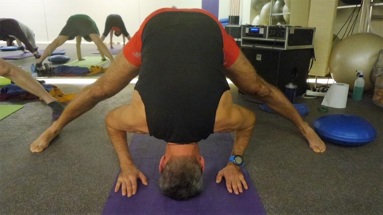 csanya-csányi-lászló-terepfutó-funkcionális-jóga-terpesz-jóga gyakorlat-praszárita-pádóttánászana