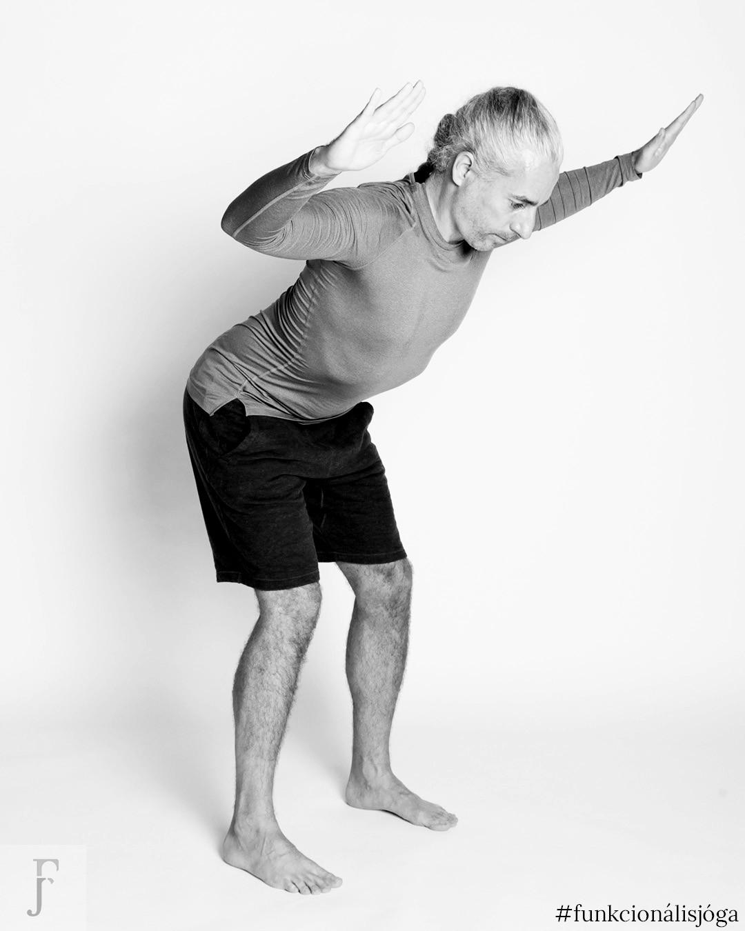 állva törzscsavarás 45 fokos szögben funkcionális jóga gyakorlat hátfájásra 1
