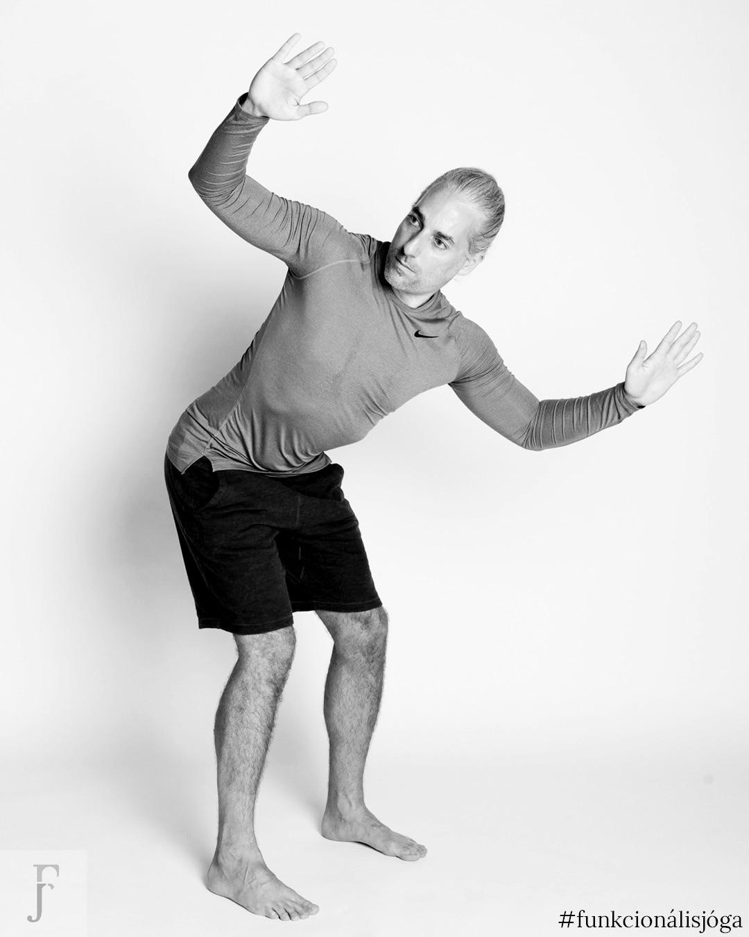 állva törzscsavarás 45 fokos szögben funkcionális jóga gyakorlat hátfájásra 2