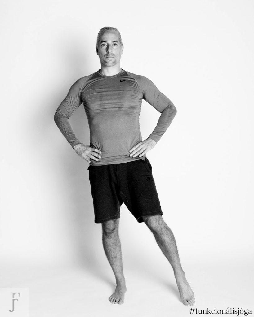 egyperces jógagyakorlat csípőfájdalom ellen állva csípőízületi kimozgatás 1