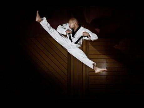 Harcművészeknek a magas rúgások miatt kell az angolspárga