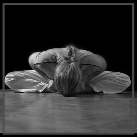 Előkészület angolspárgához: előre hajlás pillangó ülésben (jóga szerint jóga mudrászana baddha kónászanában)