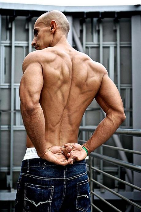 A vegán Frank Medrano saját testsúllyal edz