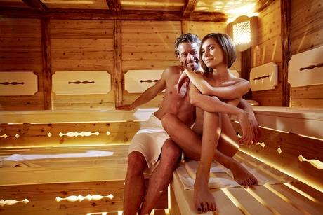 A méregtelenítés alatt szauna szeánszok: sós és mézes kényeztetés, a sima és feszes bőrért